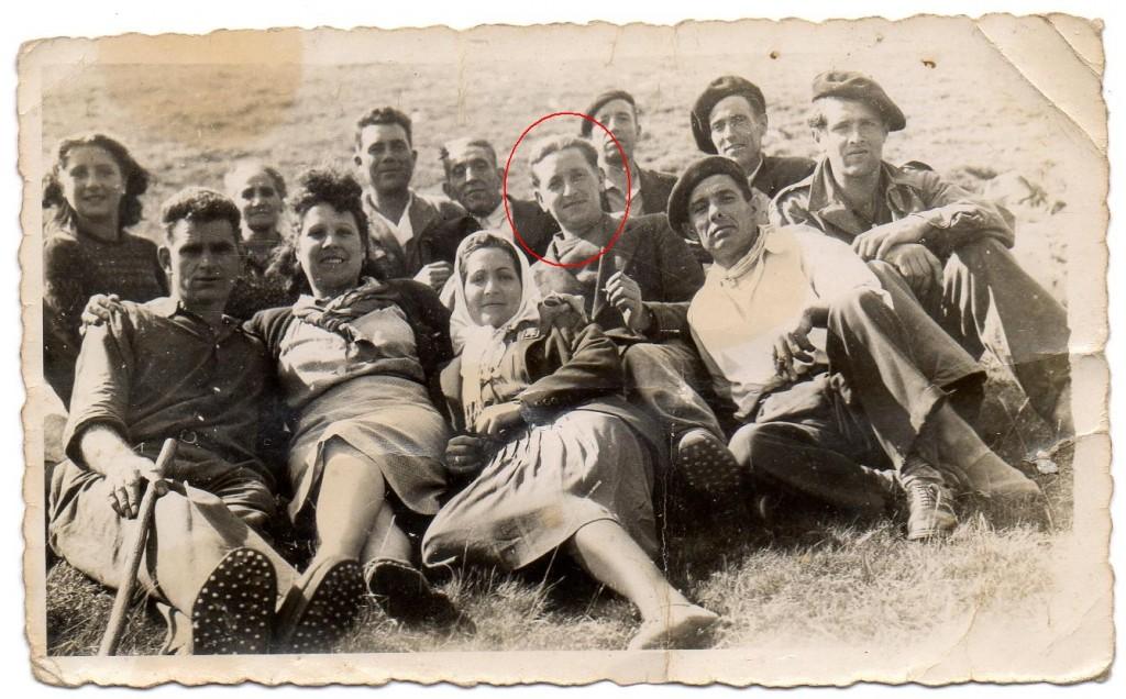 Encuentro de exiliados con sus familiares en la muga cerca de Belagua. En rojo, Justo.